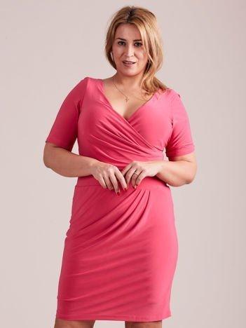 Różowa drapowana sukienka z kopertowym dekoltem PLUS SIZE