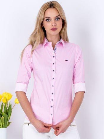 Różowa koszula we wzór drobnych pasków