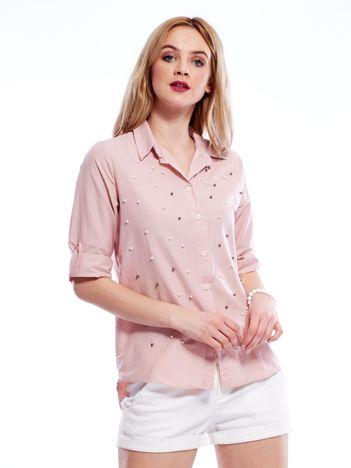 Różowa koszula z perełkami i podwijanymi rękawami
