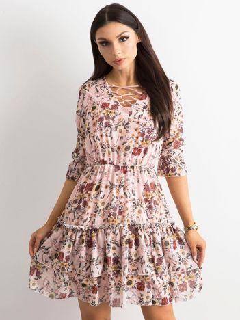 Różowa kwiatowa sukienka ze sznurowanym dekoltem