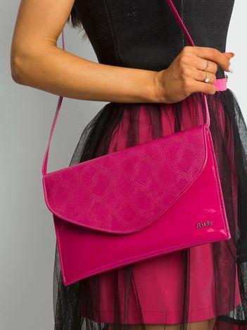 Różowa lakierowana kopertówka z klapką