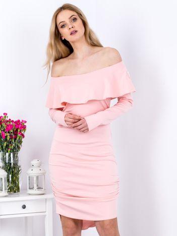 Różowa marszczona sukienka z dekoltem carmen