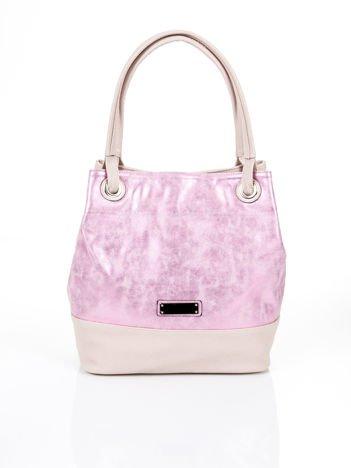 Różowa miejska torba o wyrazistej fakturze
