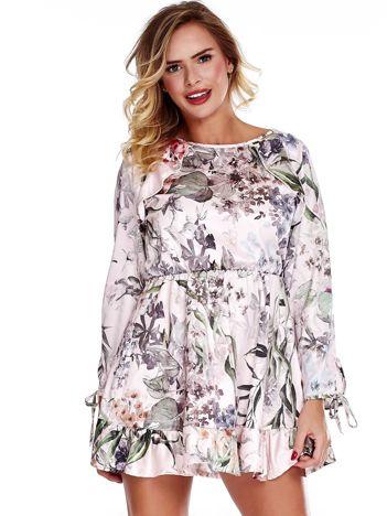 Różowa sukienka w roślinne wzory z falbaną