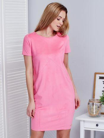 Różowa sukienka z imitacji zamszu z kieszonkami