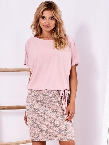 Różowa sukienka z kwiatowym dołem