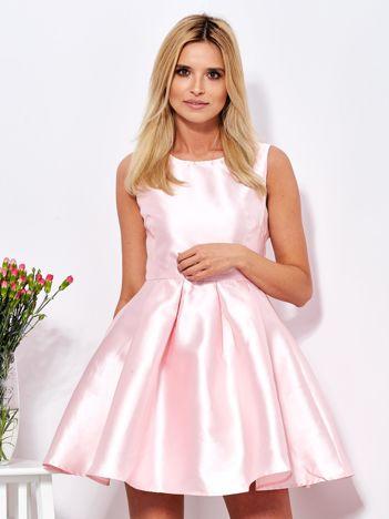 Różowa sukienka z perłowym połyskiem i kokardą