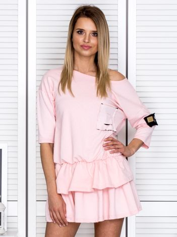 Różowa sukienka z warstwowymi falbanami