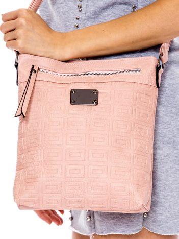 Różowa torba w wypukłe geometryczne wzory