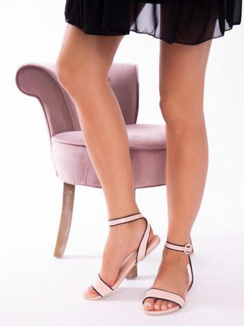 Różowe lakierowane sandały z czarną lamówką