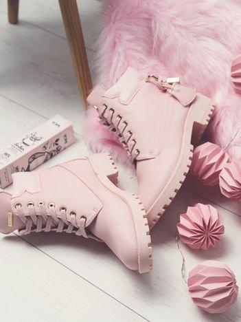 Różowe lekko połyskujące traperki z ozdobną kłódeczką na tyle buta i złotymi dodatkami