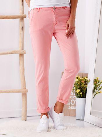 Różowe materiałowe spodnie o prostym kroju
