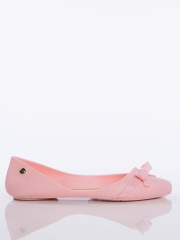 Różowe melisy baleriny z ozdobną kokardka z przodu buta i złotą przypinką  z logo marki