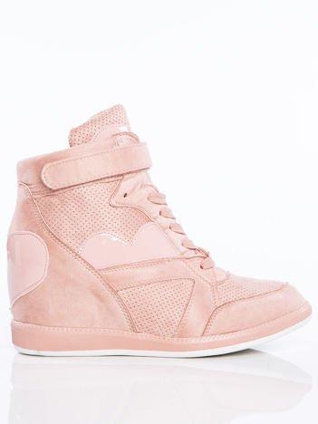Różowe półażurowe sneakersy za kostkę z ozdobnymi lakierowanymi serduszkami na cholewce
