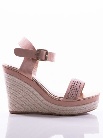 Różowe sandały na koturnach z ażurowym paskiem na przodzie i błyszczącymi kamieniami, zapinane na pasek wokół kostki