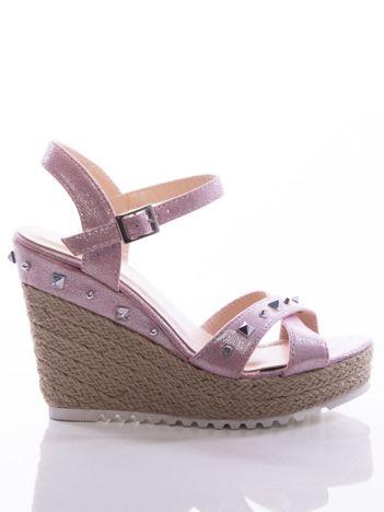 Różowe sandały na koturnach z mieniącą poświatą, wysadzane srebrnymi nitami
