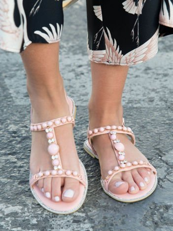Różowe sandały z ozdobnymi kamieniami i błyszczącymi cyrkoniami zapinane na sprzączkę