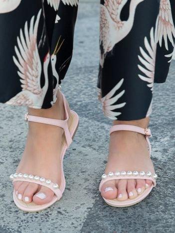 Różowe sandały z ozdobnymi perełkami na przodzie cholewki