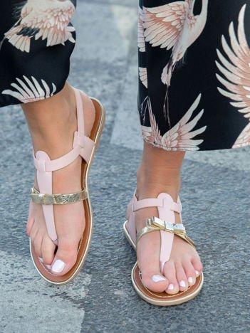 Różowe sandały ze złotym paskiem z przodu zapinane na kostce