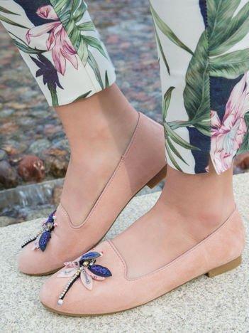 Różowe zamszowe lordsy na niskim klocku z ozdobną naszywaną ważką z przodu buta