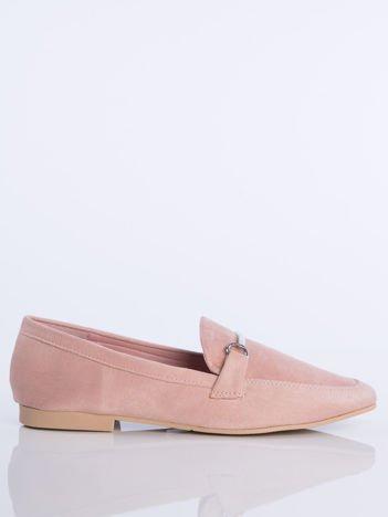 Różowe zamszowe mokasyny z ozdobną klamerką i paskiem na przodzie buta