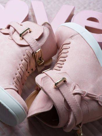 Różowe zamszowe sneakersy ze złotymi dodatkami Gold Avenue
