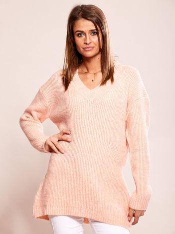 Różowy luźny sweter w serek