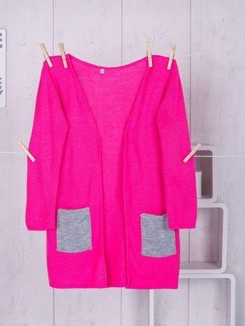 Różowy sweter dla dziewczynki z szarymi kieszeniami