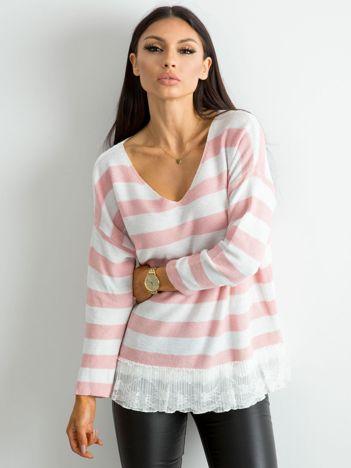 Różowy sweter w paski z koronką