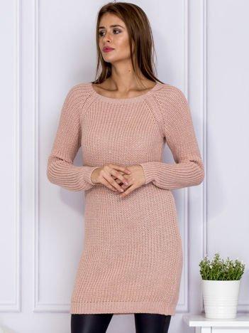 Różowy sweter z błyszczącą nitką