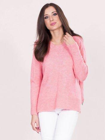 Różowy sweter z dłuższym tyłem