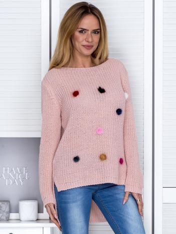 Różowy sweter z pomponikami