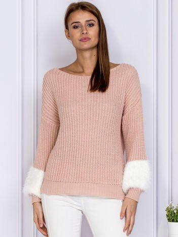 Różowy sweter z włochatymi rękawami