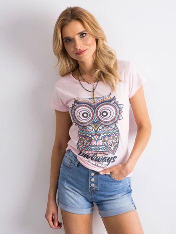 Różowy t-shirt z kolorowym nadrukiem