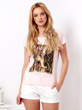 Różowy t-shirt z motywem buta