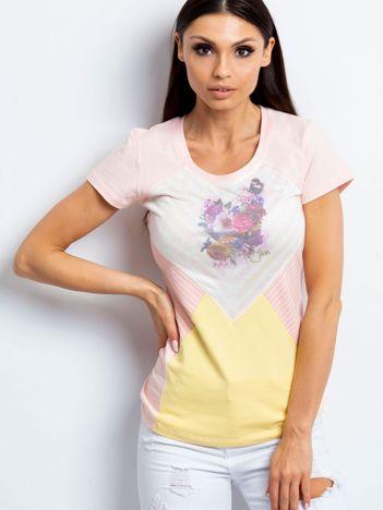 Różowy t-shirt z motywem pasków i kwiatów