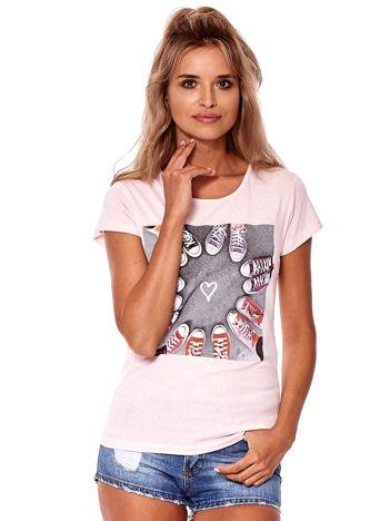 Różowy t-shirt z motywem trampek