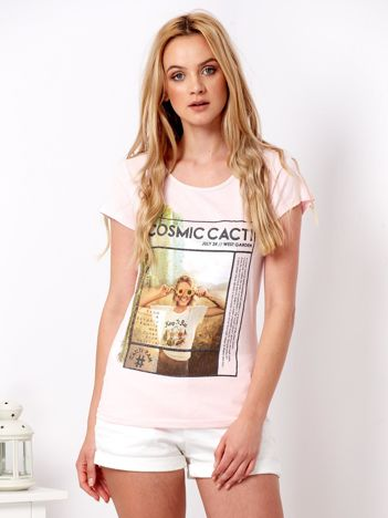 Różowy t-shirt z nadrukiem dziewczyny