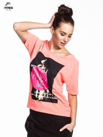 Różowy t-shirt z napisem WORKING ON A NEW ME