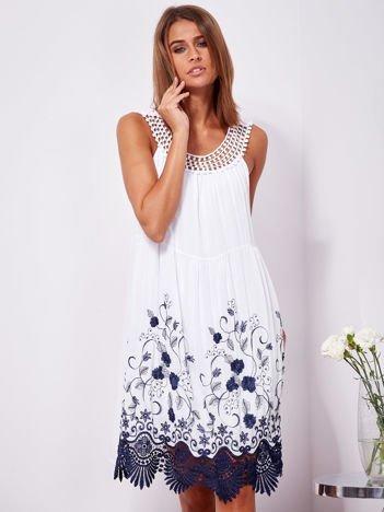 SCANDEZZA Biała sukienka midi z haftowanym wzorem