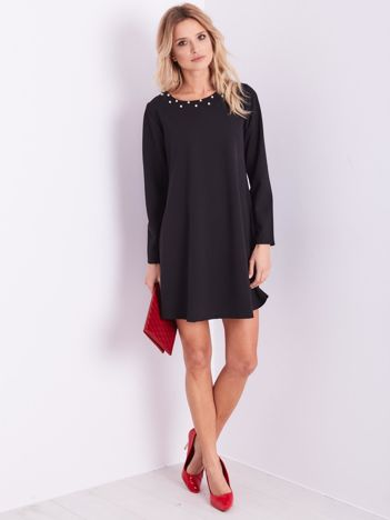 SCANDEZZA Czarna sukienka z ozdobnym dekoltem
