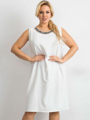 SCANDEZZA Ecru sukienka oversize z aplikacją