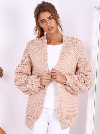 SCANDEZZA Jasnoróżowy otwarty sweter z bufkowymi rękawami