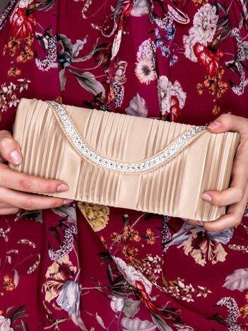 Satynowa plisowana kopertówka z dzetami ciemnobeżowa