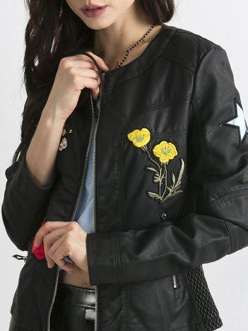 Skórzana kurtka o klasycznym kroju z naszywkami czarna