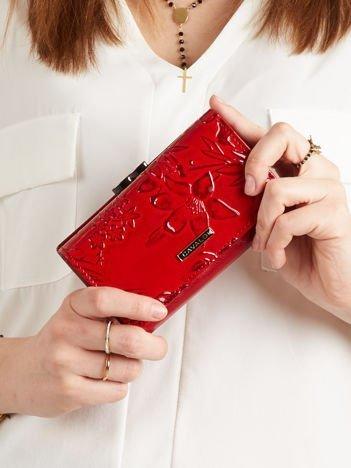 Skórzany podłużny portfel w kwiaty czerwony