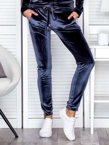 Spodnie dresowe aksamitne z jasnymi lampasami ciemnoszare