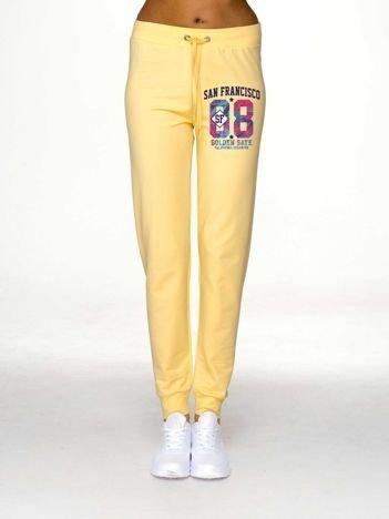 Spodnie dresowe damskie z nadrukiem jasnożółte