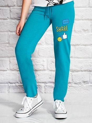 Spodnie dresowe dla dziewczynki z nadrukiem emoji zielone