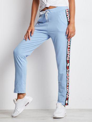 Spodnie dresowe jasnoniebieskie z szerokim lampasem